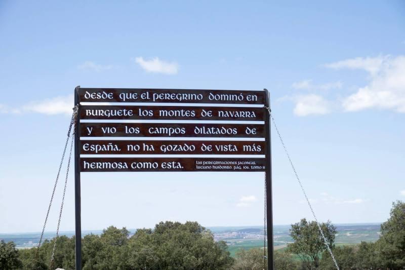 """Scritta Atapuerca """"Desde que el peregrino domino' en Burguete los montes de Navarra y vio los campos dilatodos de Espana, no ha gozado de vista mas hermosa como esta"""""""