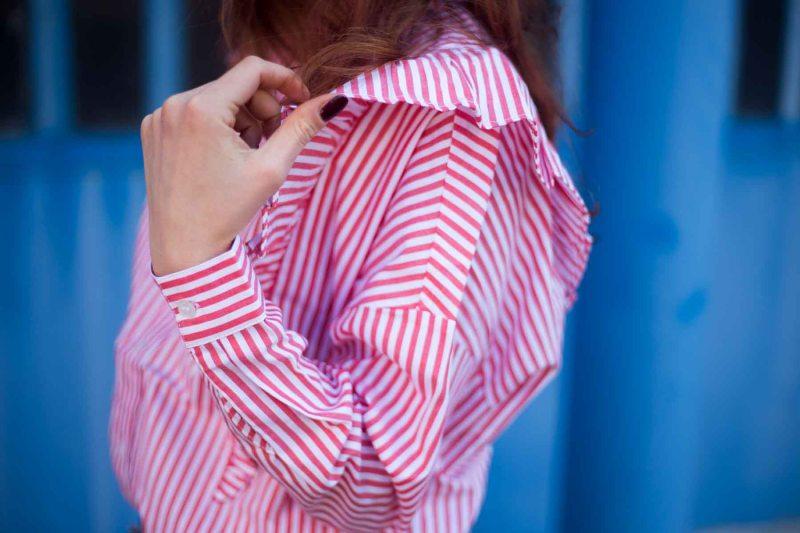 camicia a righe rosse e bianche con ruches