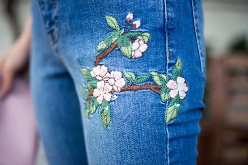 dettaglio jeans con ricami floreali