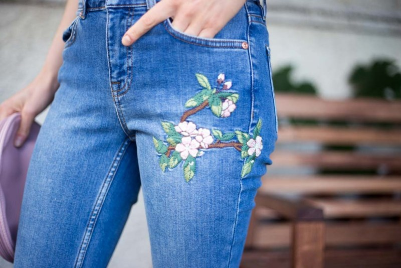 jeans con ricami floreali