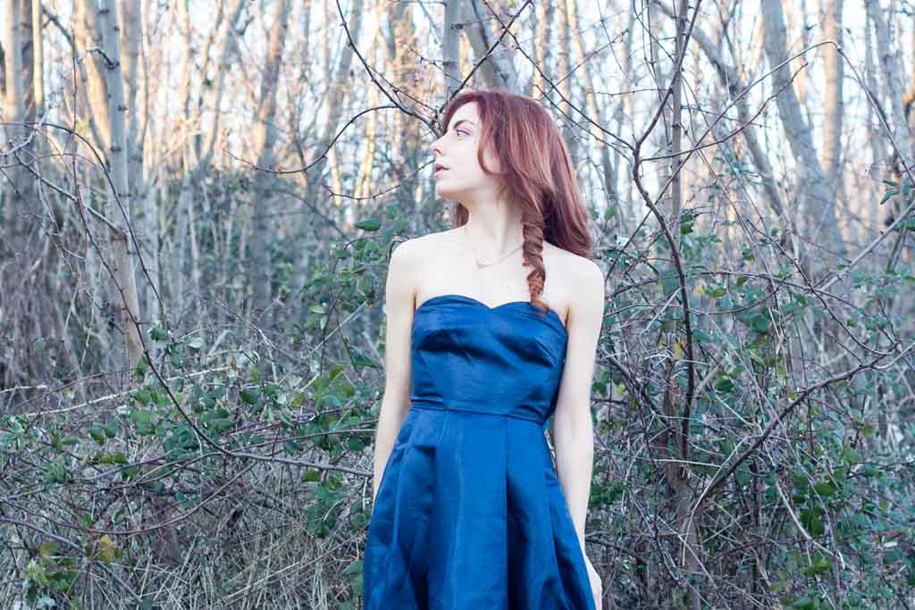 vestito blu con scollo a cuore