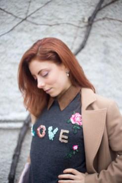 maglione con scritta LOVE-11