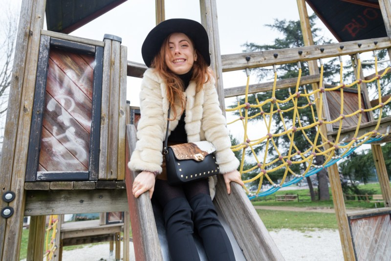 outfit con pelliccetta e borsa in cavallino e pelle