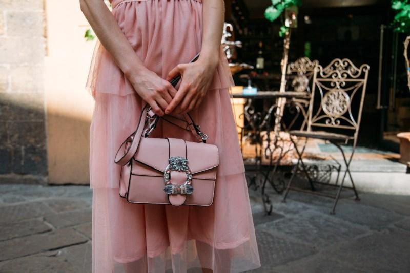 borsa con fibbia decorativa