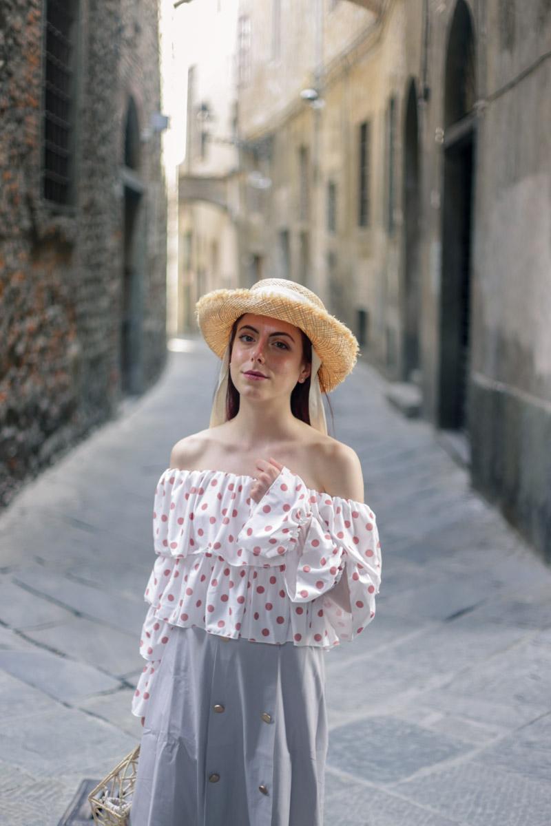 outfit per la città con cappello di paglia