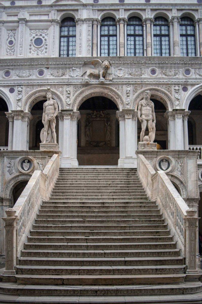 scalinata di palazzo ducale