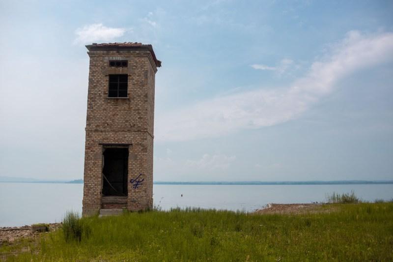 torre di vedetta abbandonata sul lago trasimeno