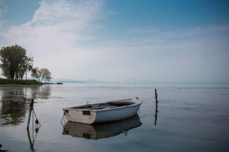 barca abbandonata nel lago trasimeno