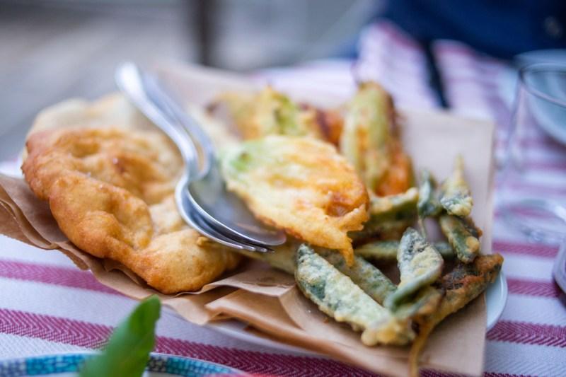 fritti tipici umbri con ciacce, fiori di zucca e salvia