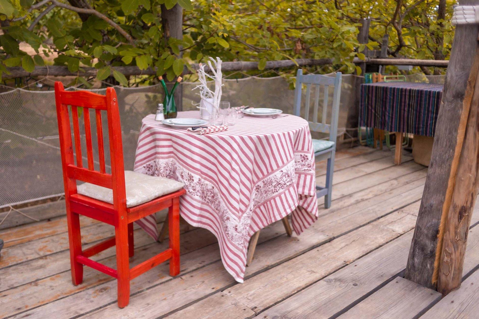 tavolo per la cena sull'albero