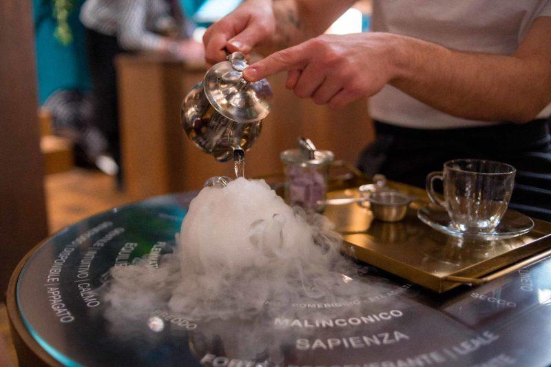 viene versato il tè aromatico nel lush perfume library di firenze