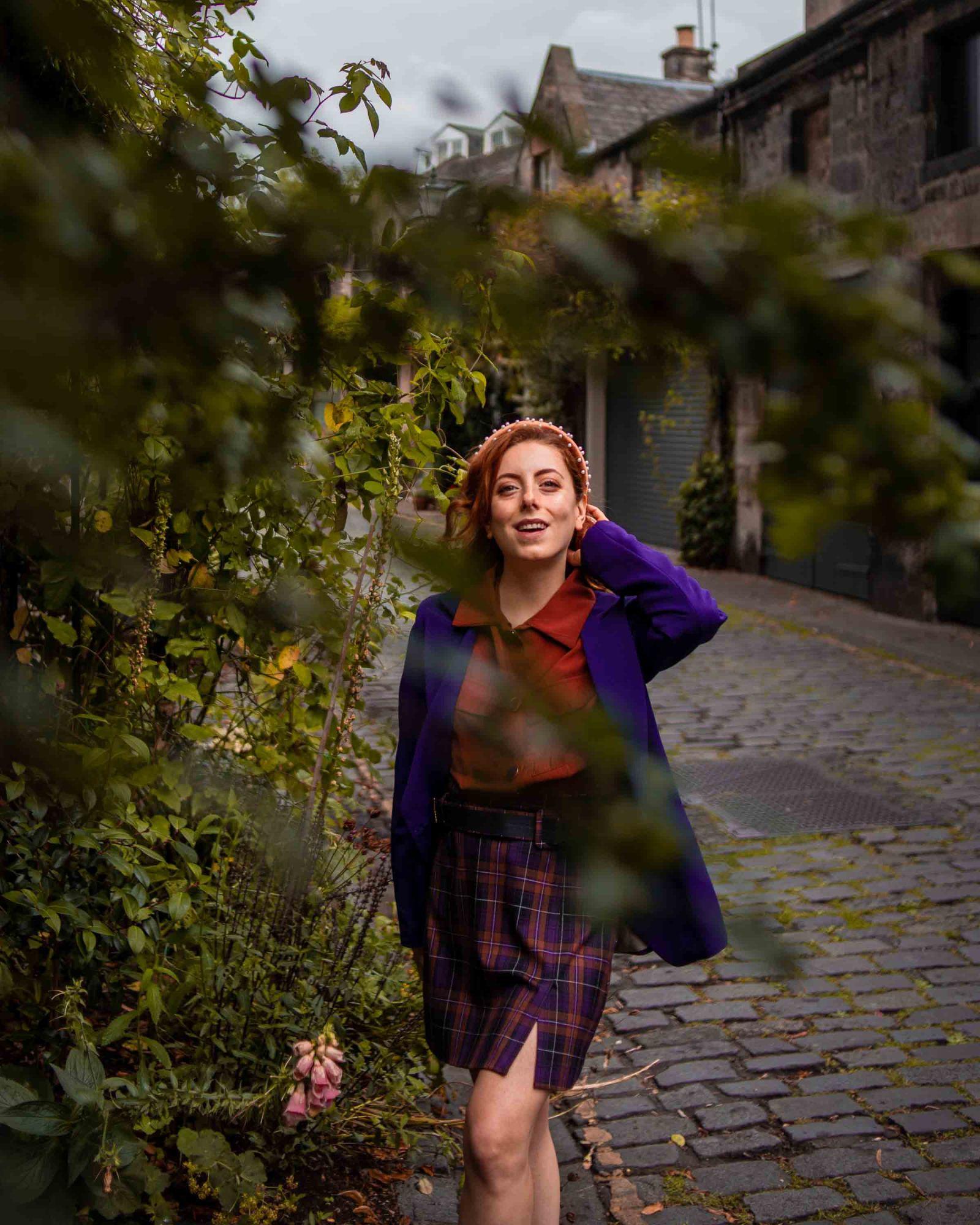 Francesca che passeggia con una gonna scozzese