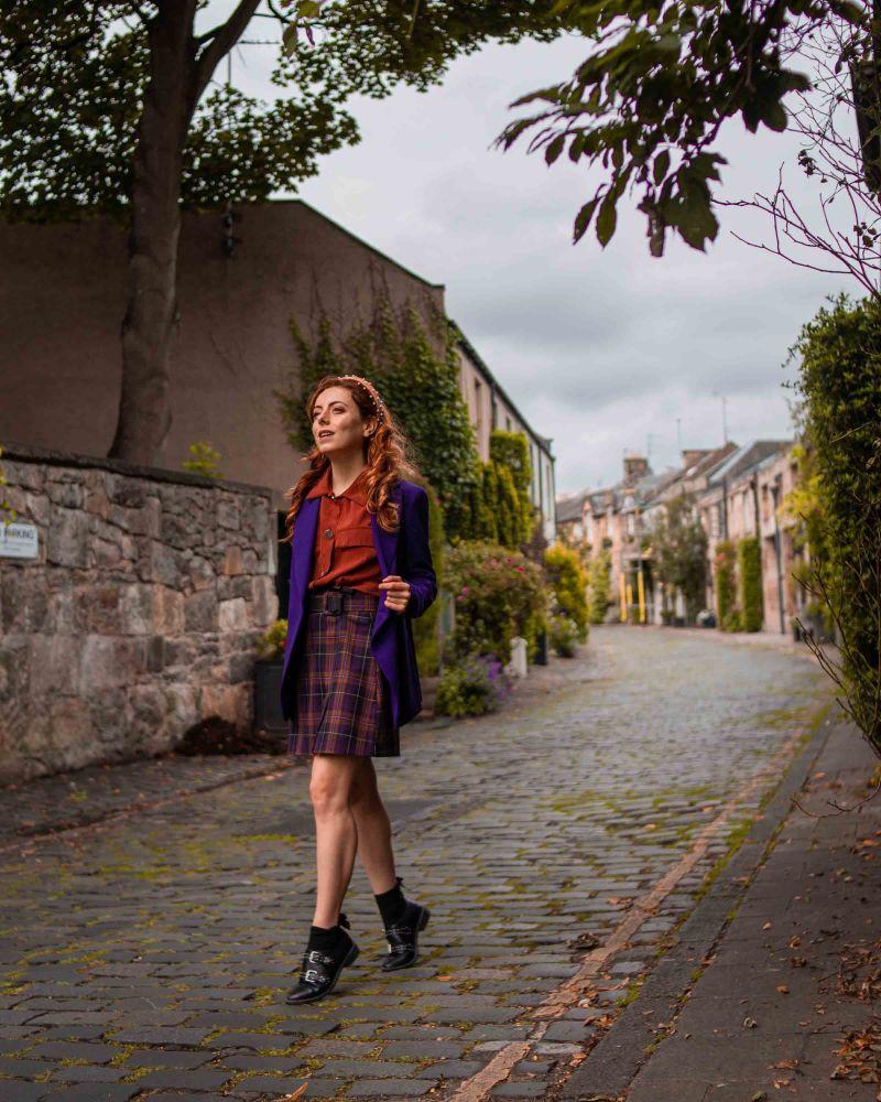 outfit autunnale con minigonna scozzese