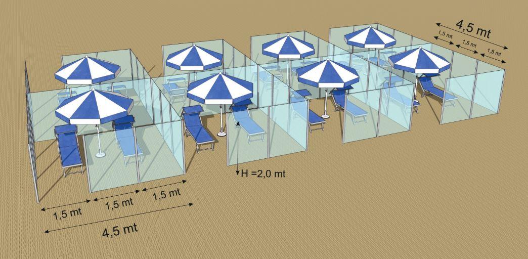 una spiaggia organizzata con divisori in plexiglass