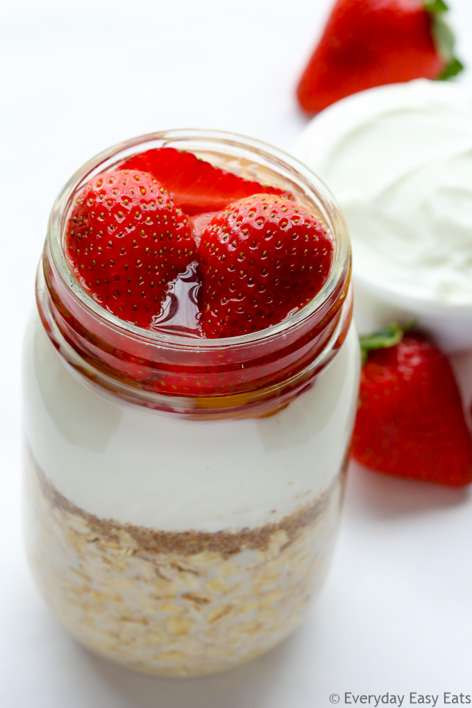 Stawberries & Cream Overnight Oats - 6 ingredients and 5 minutes of prep time are all you need to make this nutritious breakfast! | EverydayEasyEats.com