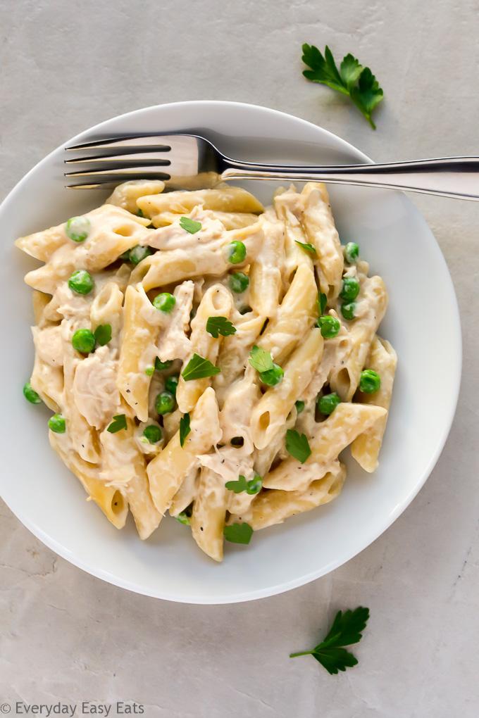 6-Ingredient, Cheesy Chicken Alfredo Pasta Bake Recipe | EverydayEasyEats.com