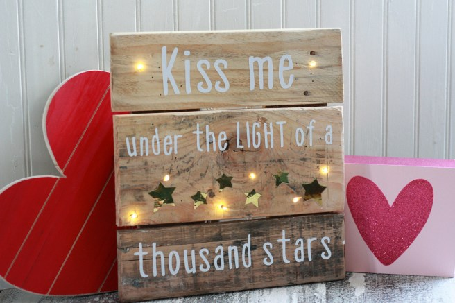 DIY 12X12 Pallet Sign with Cricut vinyl. Kiss me under the light of a thousand stars