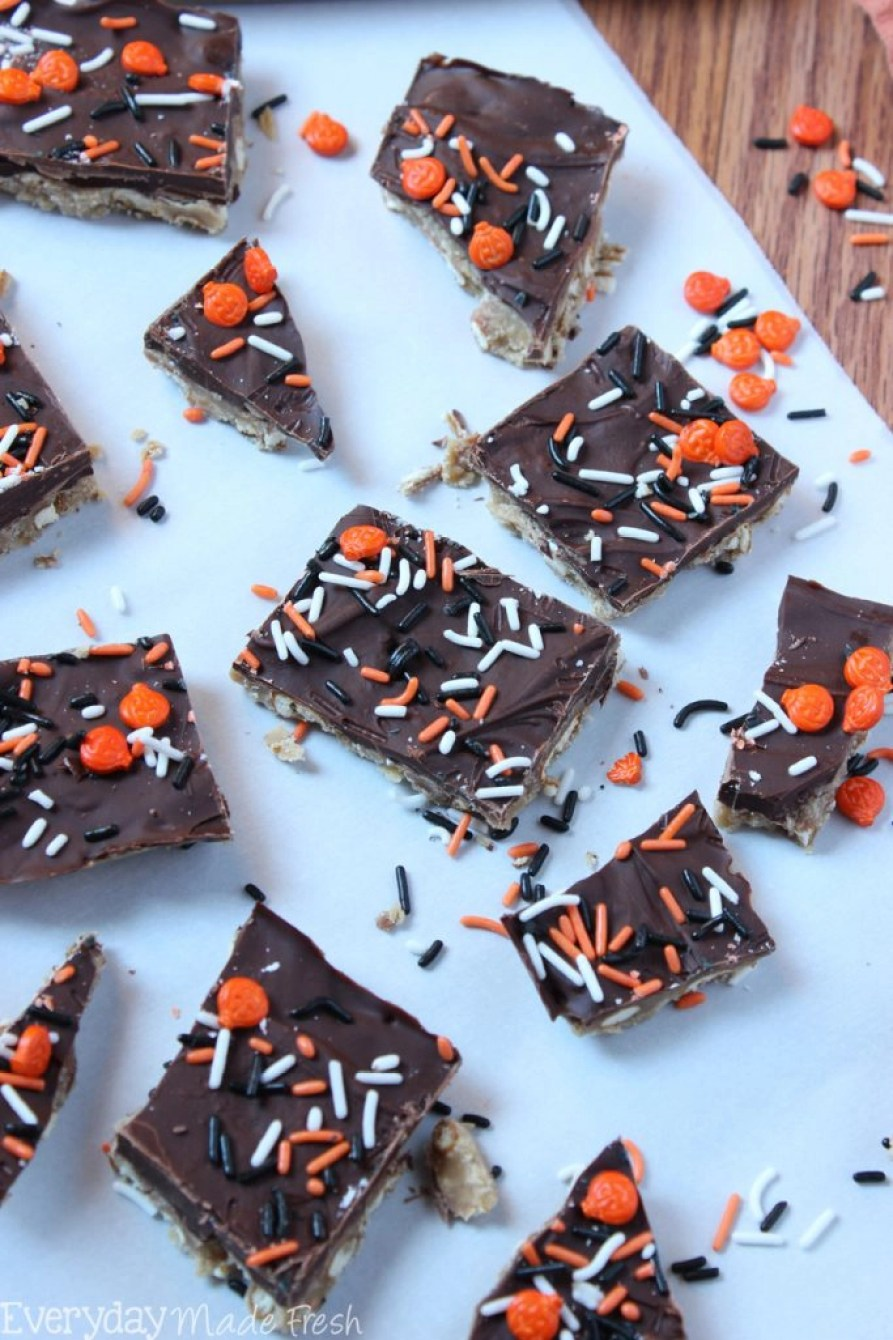 This simple Spooky Pretzel Toffee is the perfect sweet and salty combination for Halloween! | EverydayMadeFresh.com