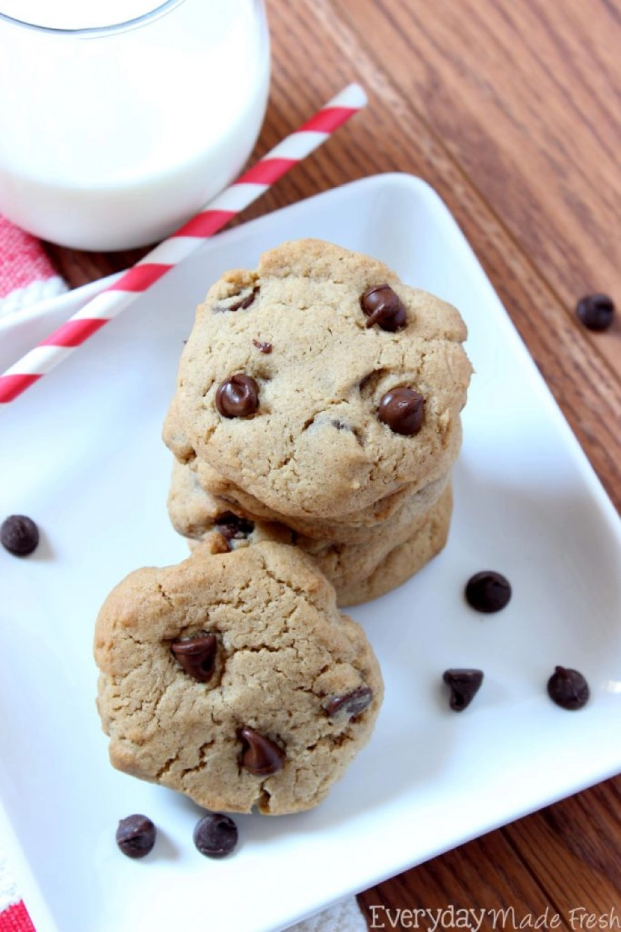 These Cinnamon Chocolate Chip Cookies have the perfect chewy center, with the right amount of chocolate chips, and a hint of cinnamon. | EverydayMadeFresh.com