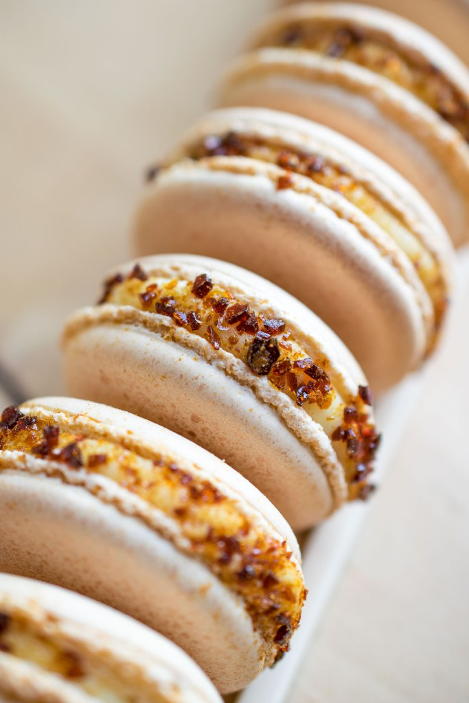 creme brulee macarons-5