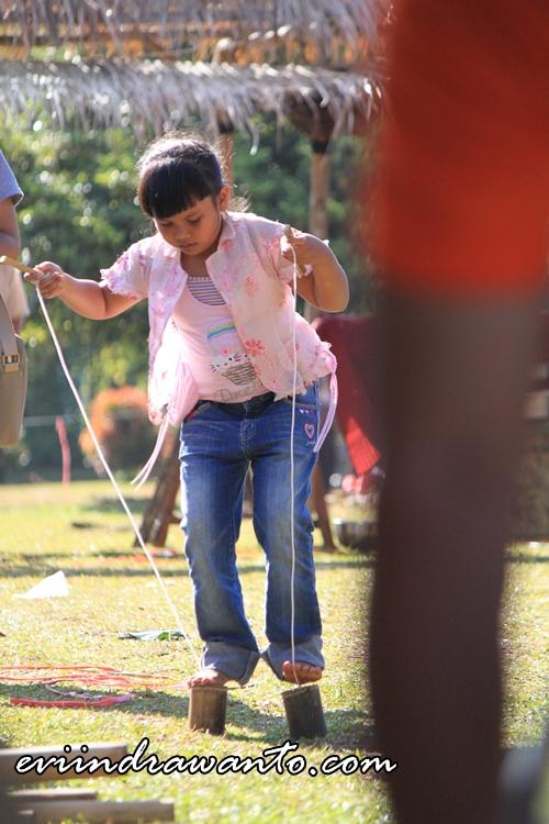 Permainan egrang dengan bambu pendek