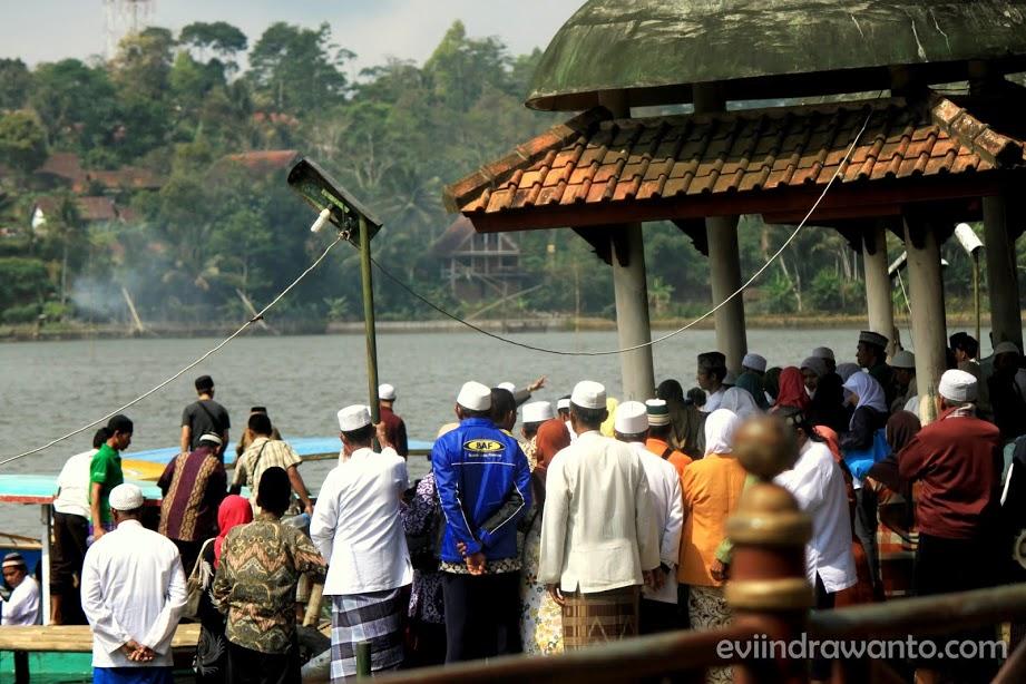 Para peziarah hendek menyeberangi Situ Lengkong Panjalu