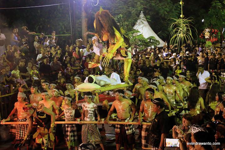 Tekat Pemuda Bali dalam menolak reklamasi juga muncul saat Mel Ogoh-Ogoh