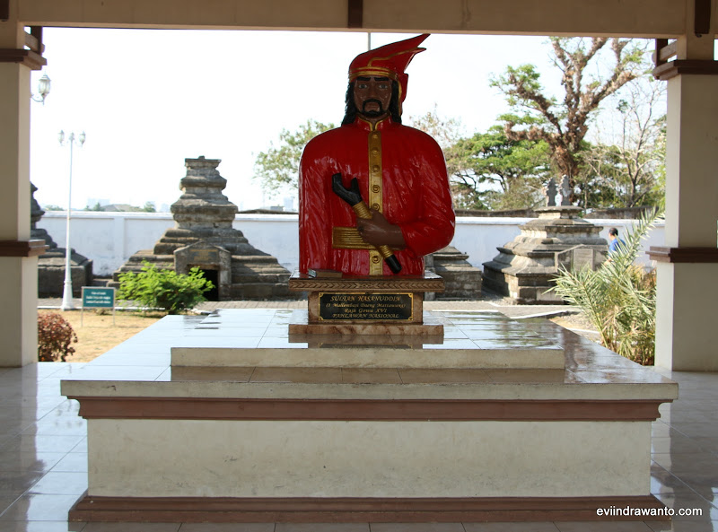 Foto Patung Sang Ayam jantan Dari Timur di Makam Sultan Hasanuddin
