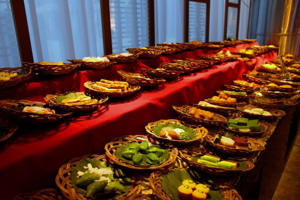 71 Jenis kue mewakili tahun Indonesia merdeka di Grand Zuri BSD. Hidangan tradisional Indonesia