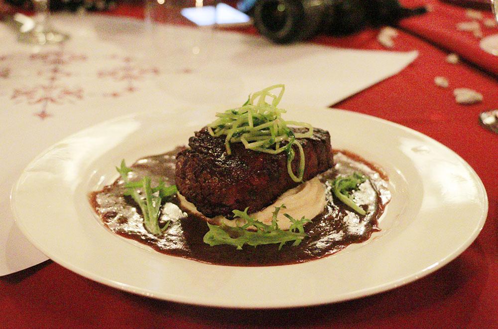 Beef Medalion on Garlic Mashed Potato dengan Black Pepper Sauce