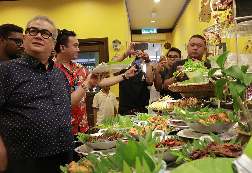 Chef Dato Ismail Ahmad sedang menerangkan tentang masakan Melayu Malaysia