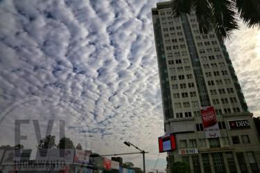 Gedung Kantor BNI Yangon dan awan altokumulus