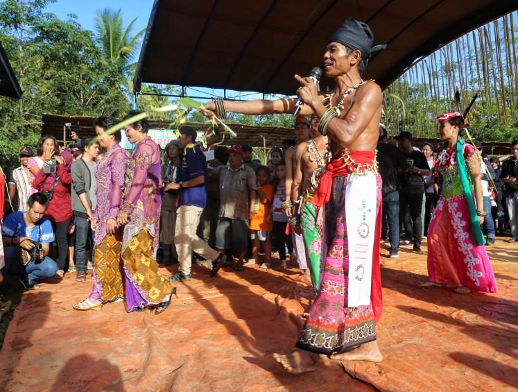 Balian yang sibuk memimpin upacara perkawinan
