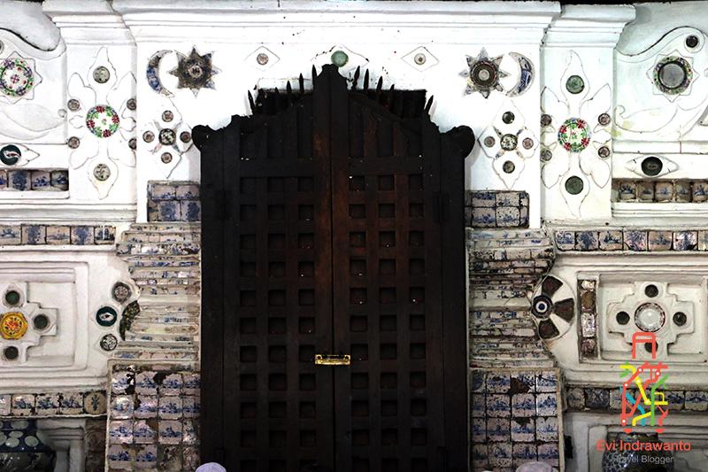 Pintu Pasujudan yang hanya dibuka tiap Jumat habis salat subuh dan salat jumat