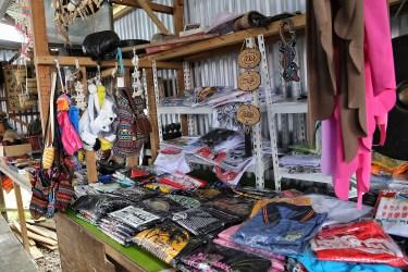 Sebuah kios sovenir di Pekan Nabalu