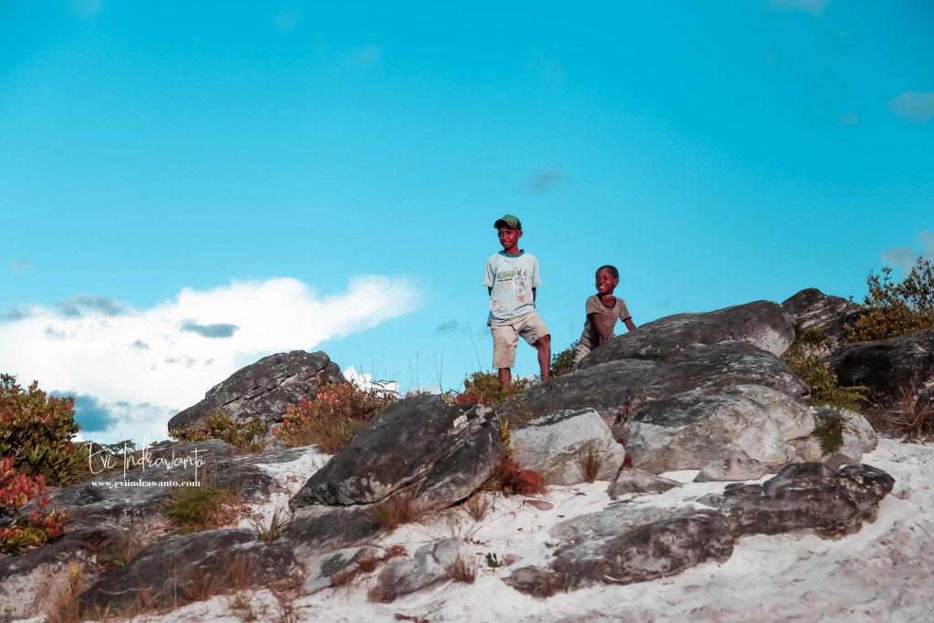 Pasir Putih Wamena - Anak-anak sedang bermain