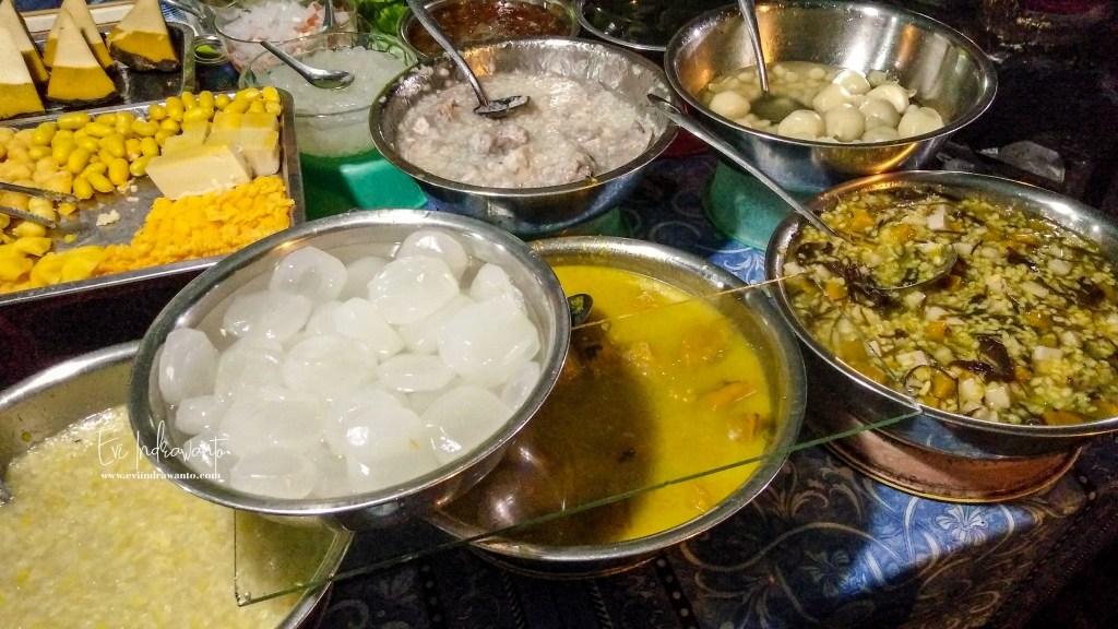 Goyang lidah dengan makanan lokal di night market Phnom Penh
