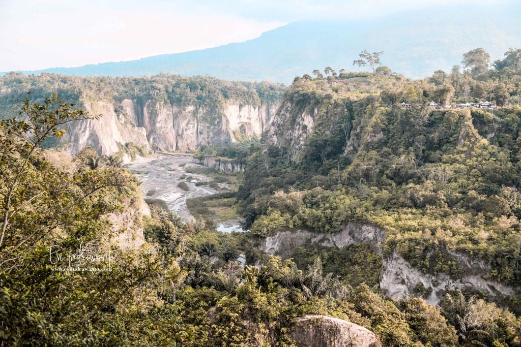 Ngarai Sianok dan Gunung Singgalang