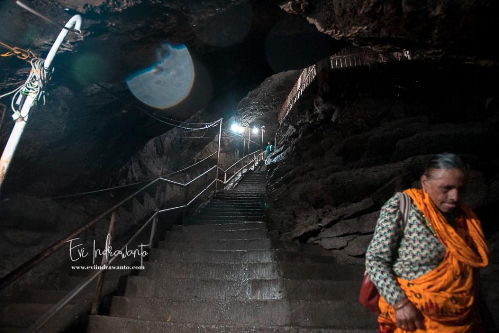 Tangga dalam Gua Gupteshwor Mahadev