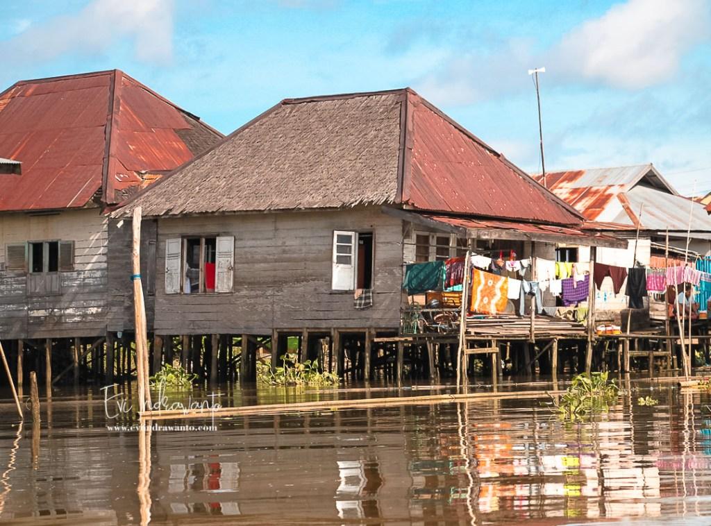 Rumah Banjar di tepi Sungai