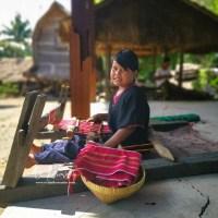 Perempuan Lombok diwajibkan bisa menenun sejak kecil