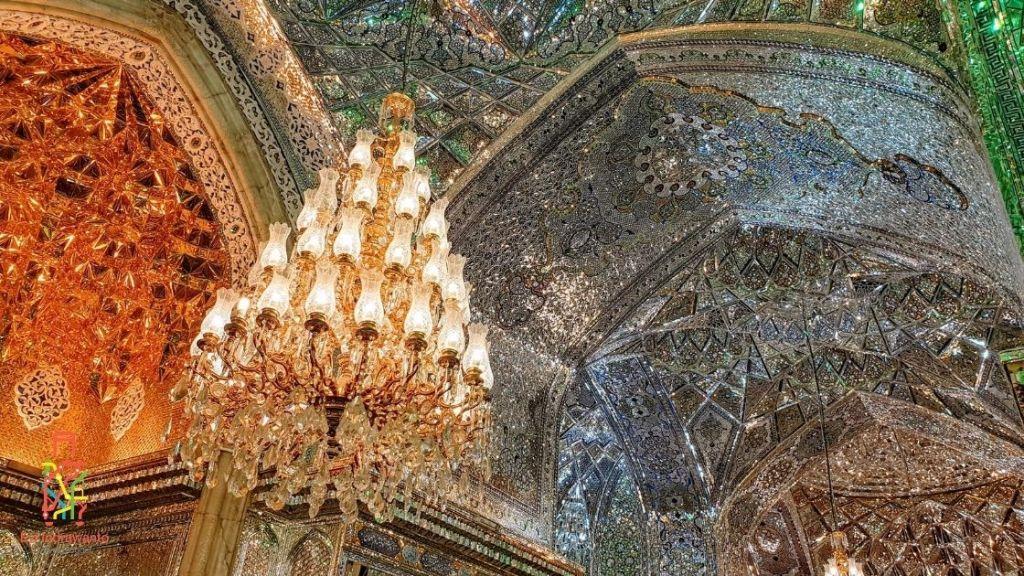 Interior langit-lanti Masjid Shah Cheragh