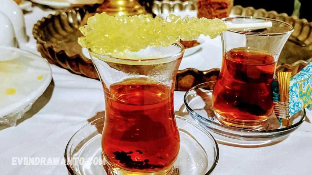 Foto Nabat gula batu untuk memaniskan teh di Iran