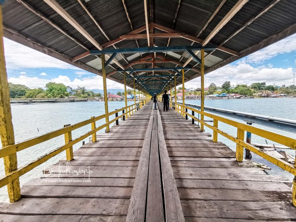Melintas di Jembatan Pamona