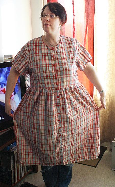 Pikkupiika ruutumekossa / Little maid in her plaid dress