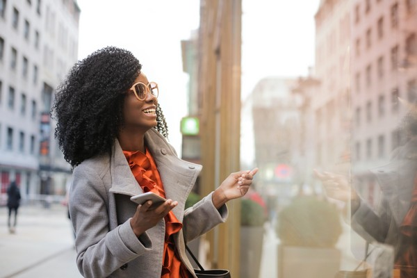 femme devant vitrine