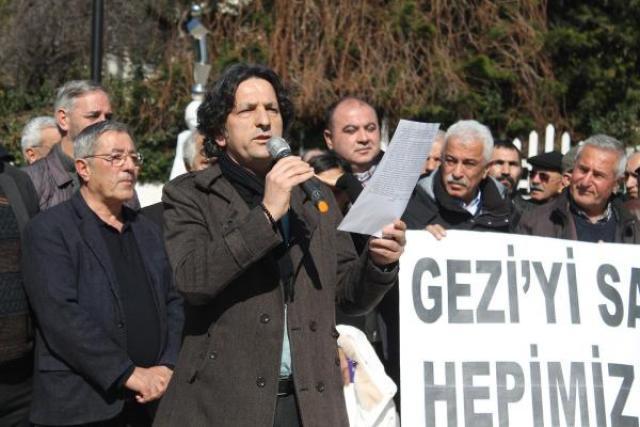 Adana Emek ve Demokrasi Güçleri, Gezi davasının 6'ncı duruşması öncesi 'Gezi'yi savunuyoruz, hepimiz oradaydık' pankartı ile basın açıklaması düzenledi.