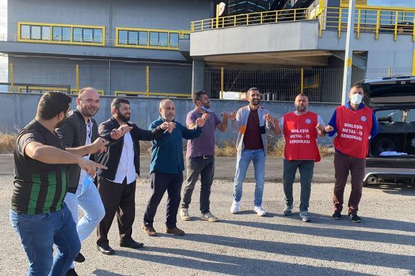 Petrol İş Sendikası Gebze Şubesi'nde örgütlü Nedex Kimya işçileri, grevlerinin 261 gününde olan Birleşik Metal-İş üyesi Baldur Süspansiyon işçilerini ziyaret etti, grevlerine güç kattı.