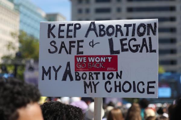 Kürtajı güvende ve yasal tut, kürtaj benim karar benim yazılı döviz