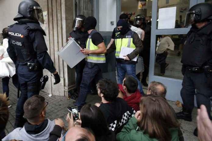 Sandıklara yüzleri maskeli polisler tarafından el konuldu